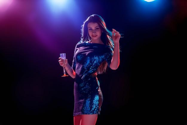Красивая девушка танцует на вечеринке пьет шампанское Бесплатные Фотографии