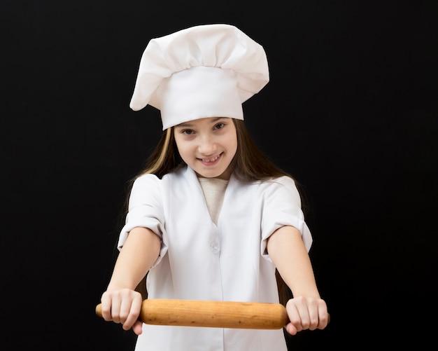 Bella ragazza con rullo da cucina Foto Gratuite