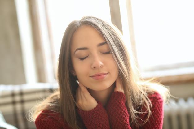 赤いセーターで美しい少女 無料写真