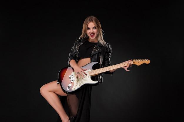 Красивая девушка играет на гитаре Бесплатные Фотографии