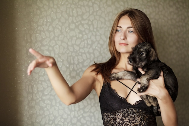 Beautiful girl playing with homeless puppy Premium Photo