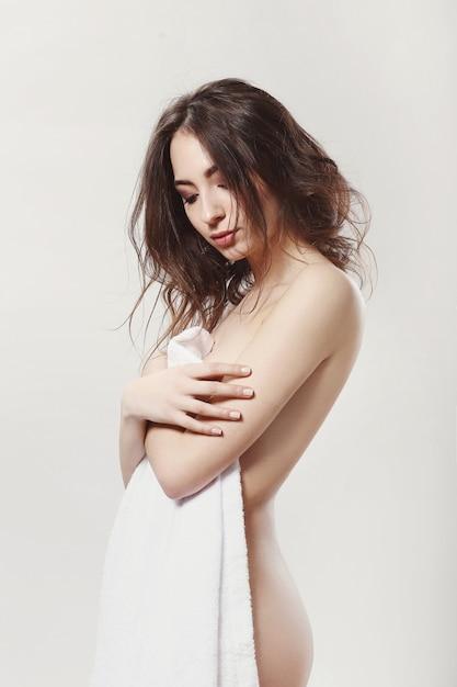 포즈를 취하는 아름 다운 소녀 무료 사진