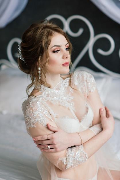 실내 스튜디오의 방에서 포즈 흰색 속옷에 아름 다운 여자 섹시 갈색 머리 프리미엄 사진