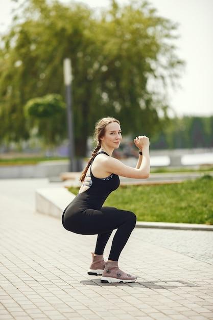 Bella ragazza di formazione. ragazza di sport in abiti sportivi. donna dall'acqua. Foto Gratuite
