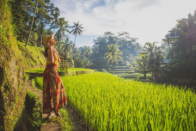 Beautiful girl visiting the bali rice fields in tegalalang, ubud. concept about people, wanderlust traveling and tourism lifestyle Premium Photo