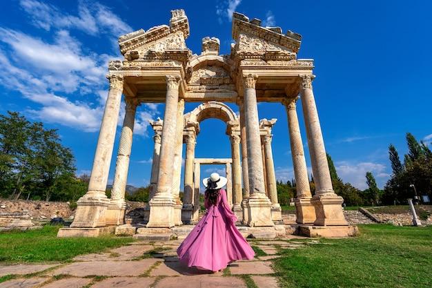 トルコのアフロディシアス古代都市を歩いている美しい少女。 無料写真