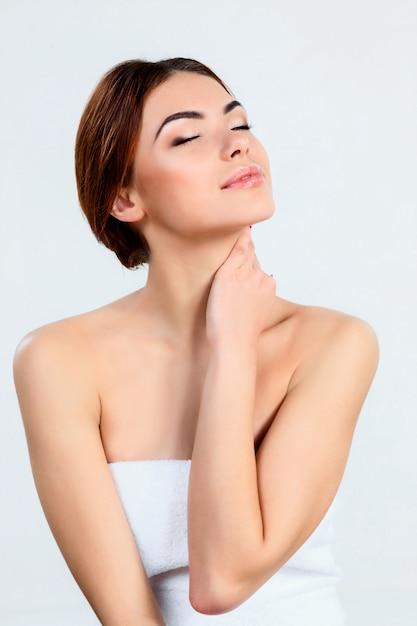Красивая девушка с красивым макияжем, концепция ухода за молодежью и кожей Бесплатные Фотографии