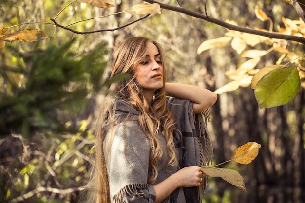 秋の森、秋のシーズンコンセプトで長い髪の美しい少女 Premium写真