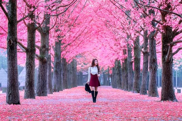 南怡島、韓国のピンクの葉を持つ美しい少女 無料写真