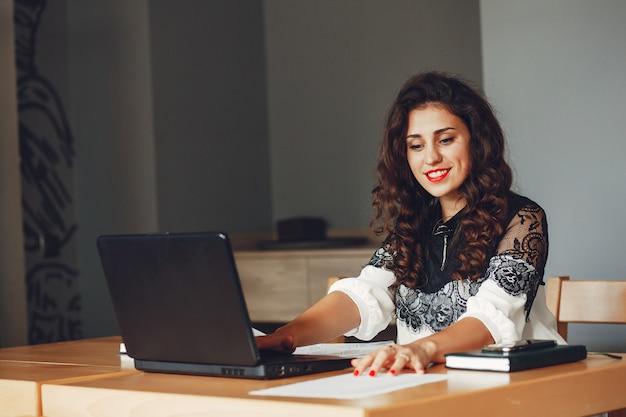 Красивая девушка работает в офисе | Бесплатно Фото