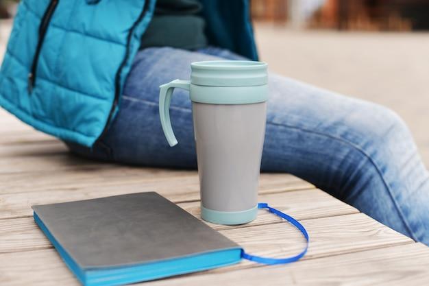 公園で屋外に座っている美しい少女若い学生実業家 Premium写真