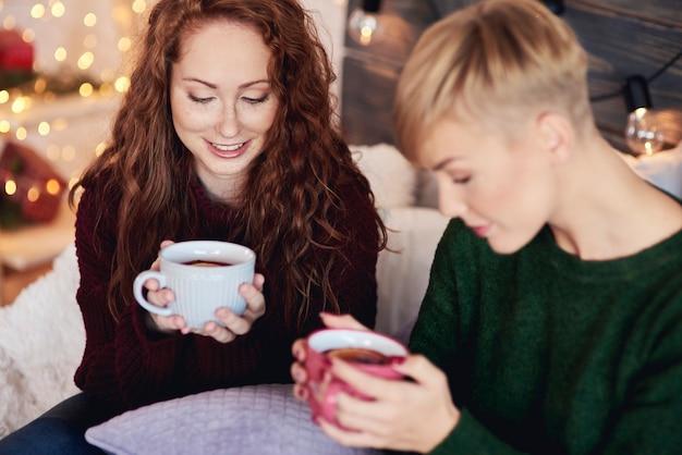 冬の日にレモンと熱いお茶を飲む美しい女の子 無料写真