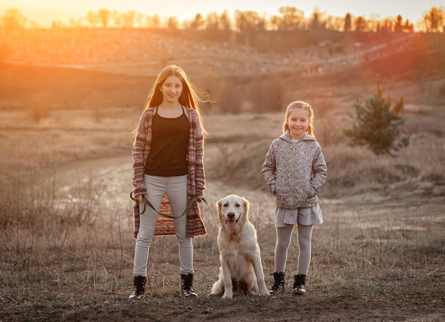 Красивые девушки с милой собакой Premium Фотографии