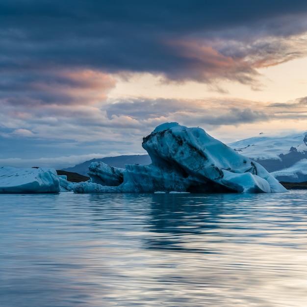 曇り空とアイスランドの美しい氷河ラグーン 無料写真