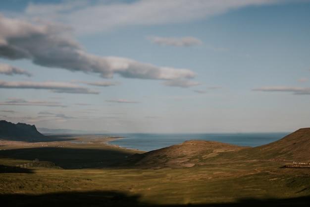 Красивый зеленый пейзаж с холмами под пасмурным небом Бесплатные Фотографии