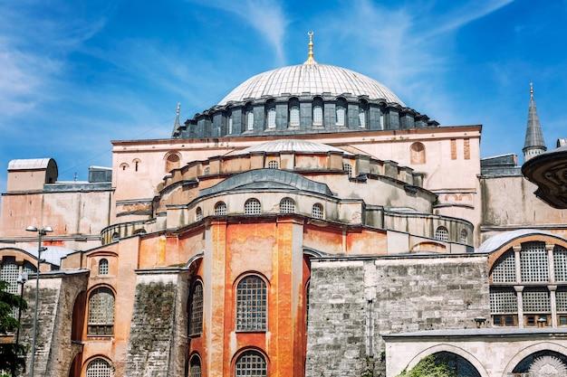 Красивый собор святой софии в солнечный день на фоне ярко-синего неба в стамбуле. крупный план. Premium Фотографии