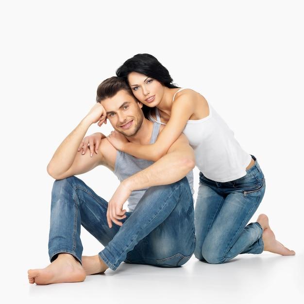 Belle coppie felici nell'amore su bianco vestito in jeans blu e maglietta bianca Foto Gratuite