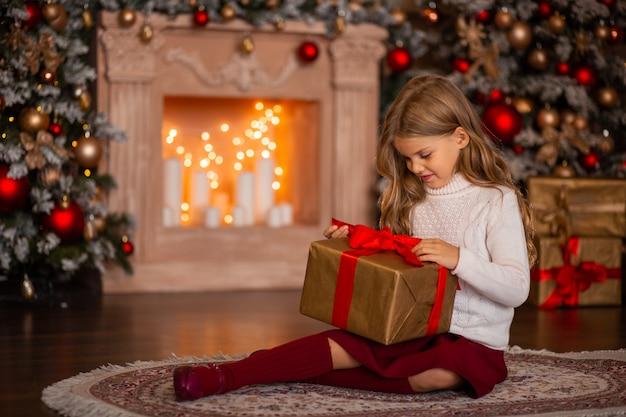선물 흰색 스웨터에 아름 다운 행복 한 여자 프리미엄 사진