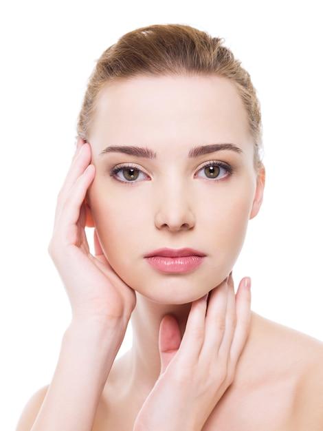 Красивое лицо женщины здоровья с чистой кожей чистоты - изолированные на белом Бесплатные Фотографии