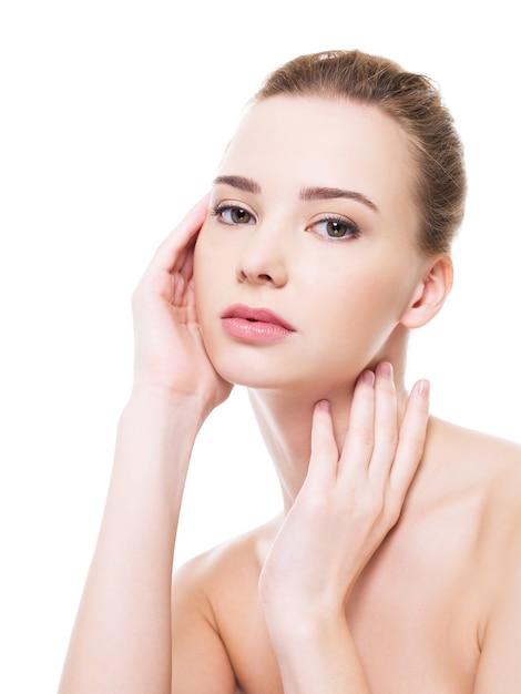 깨끗한 순도 피부와 아름다운 건강 여자 얼굴-흰색에 고립 무료 사진