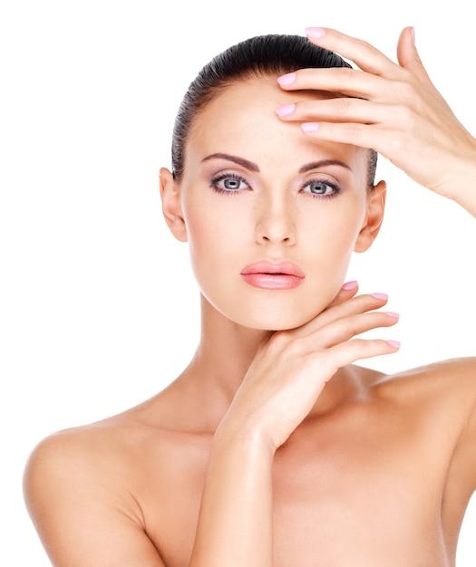 신선한 피부를 가진 젊은 예쁜 백인 여자의 아름다운 건강한 얼굴 무료 사진