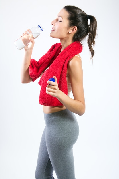 Beautiful healthy young woman drinking water after exercise Free Photo