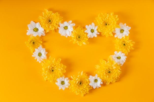 Красивая композиция из весенних цветов в форме сердца Бесплатные Фотографии