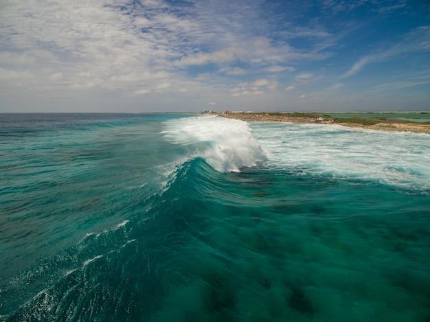 보네르, 카리브해에서 허리케인 후 바다의 아름다운 높은 각도 풍경 무료 사진