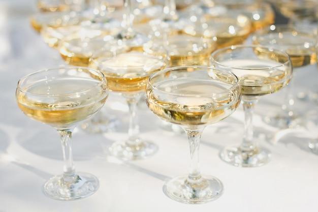 新婚夫婦のための宴会でシャンパンの美しい丘。 Premium写真