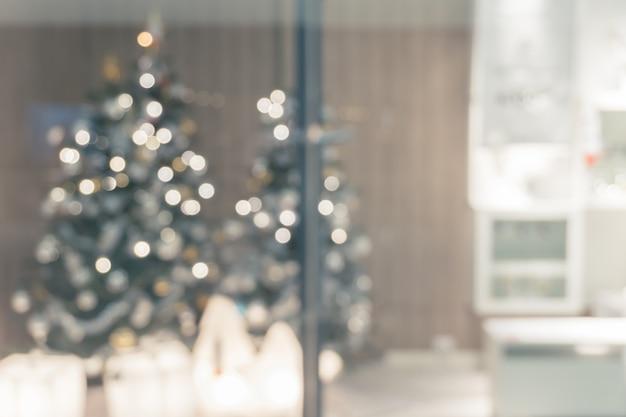 クリスマスツリー、写真の背景のために撮影された焦点の美しい休日の装飾部屋 Premium写真