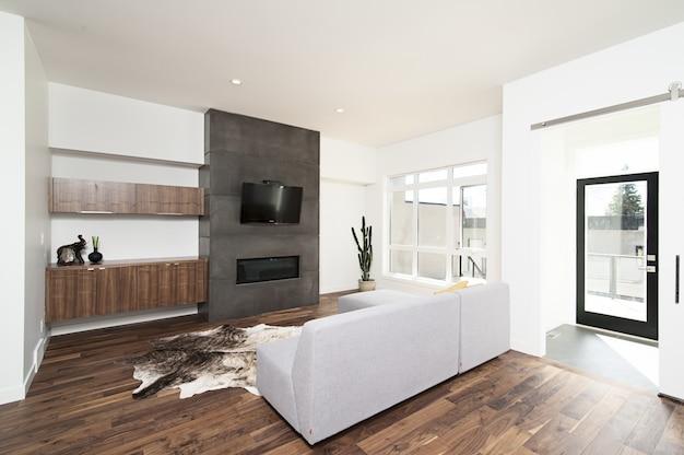 Красивый интерьер выстрел из современного дома с белыми расслабляющими стенами и мебелью и техникой Бесплатные Фотографии