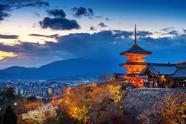夕暮れの美しい京都の街と寺院、日本。 無料写真