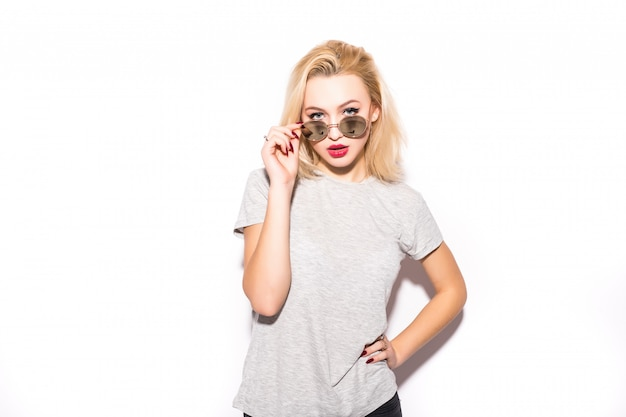Красивая дама в современных очках смотрит на тебя Бесплатные Фотографии