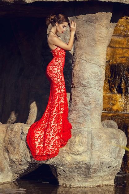 식당에서 빨간 드레스에 아름 다운 아가씨입니다. 프리미엄 사진