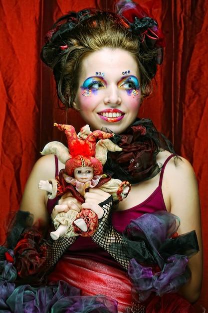 芸術的なメイクの美しい女性。人形のスタイル。 Premium写真