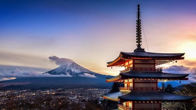 Красивый ориентир ориентир горы фудзи и пагода chureito на заходе солнца, японии. Premium Фотографии