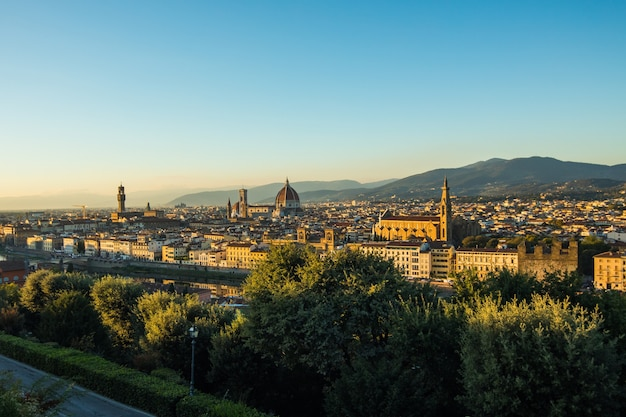 Красивый пейзаж наверху, панорама на исторический вид флоренции с точки пьяццале микеланджело. утреннее время. Бесплатные Фотографии
