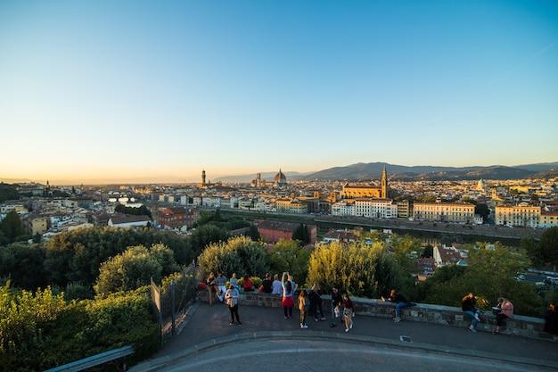 上の美しい風景、ミケランジェロ広場からのフィレンツェの歴史的景色のパノラマ。モーニングタイム。 無料写真