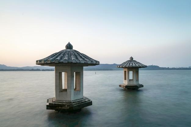 Красивый пейзаж и пейзаж в западном озере, ханчжоу Premium Фотографии