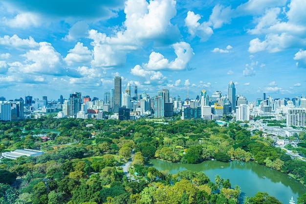 Красивый пейзаж городского пейзажа с городским зданием вокруг парка люмпини в бангкоке, таиланд Бесплатные Фотографии