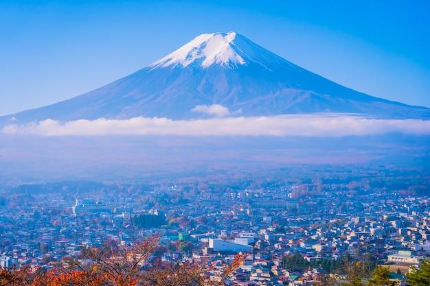 Красивый пейзаж горы фудзи вокруг кленового листа в осенний сезон Бесплатные Фотографии
