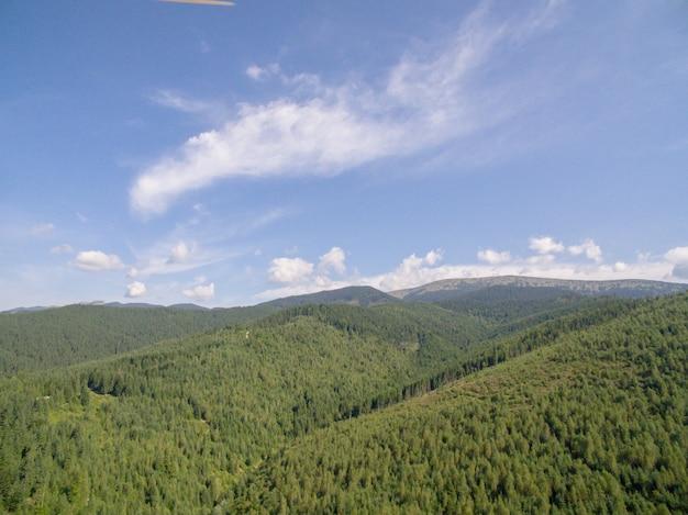 曇り空を背景にした山々の美しい風景 Premium写真