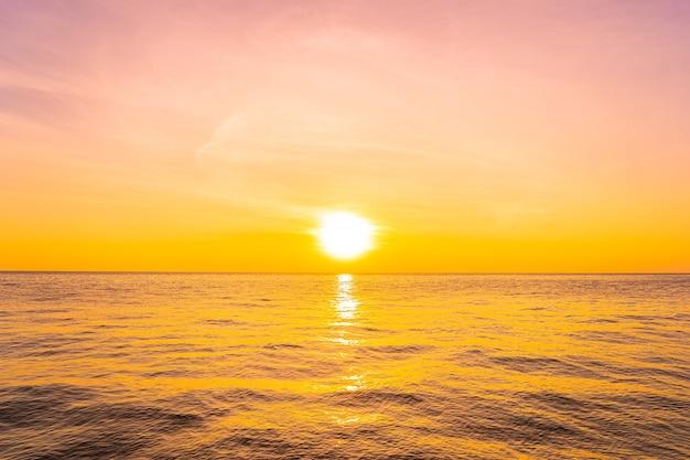 日没時または日の出時の海の美しい風景 無料写真