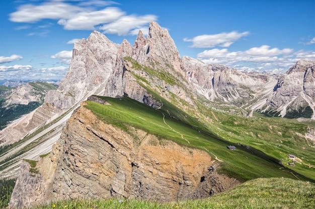 山を背景に美しい風景 無料写真