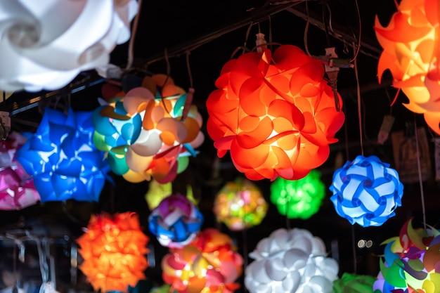 Прекрасная лампа фонаря украсила уличные киоски, лампочки в винтажной гостиной, colorf Premium Фотографии
