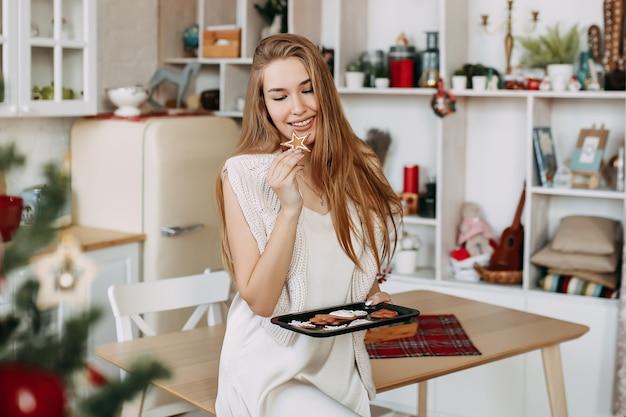 クリスマスの準備のドレスで美しい笑って幸せな女 Premium写真