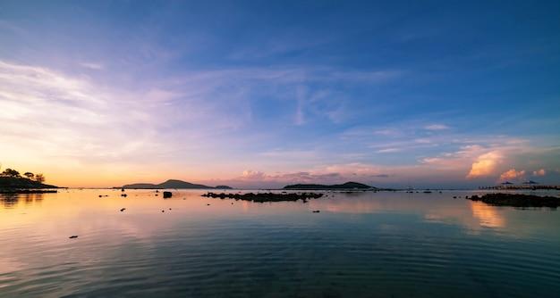 美しい光の日の出または日没風景自然の景色朝の海の上の劇的な空のカラフルな雲。 Premium写真