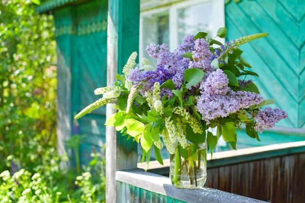 Красивые сиреневые цветы в корзине на открытом воздухе летом. ботанический естественный фон Premium Фотографии