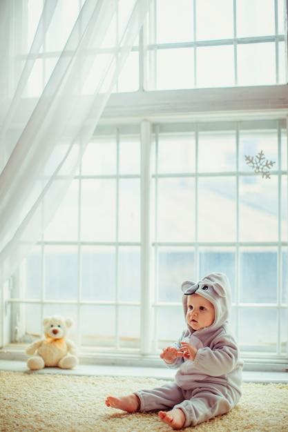 窓に座っている美しい少年 無料写真