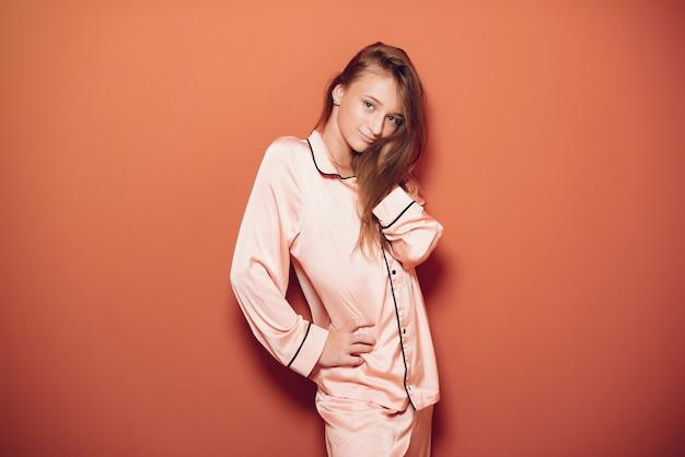 かわいいパジャマで美しい少女 無料写真